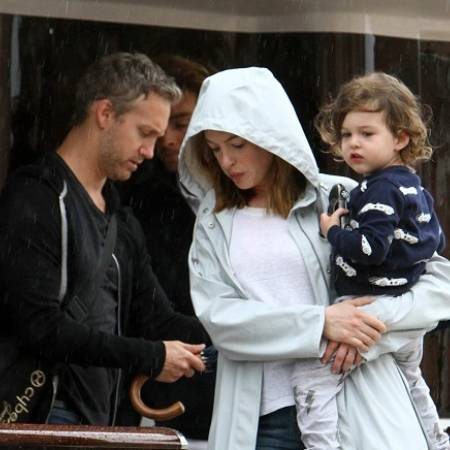 This image has an empty alt attribute; its file name is anne-hathaway-and-husband-adam-shulman-steps-out-in-the-rain-with-their-son-in-venice-italy-010918_3-1600927198717-1.jpg